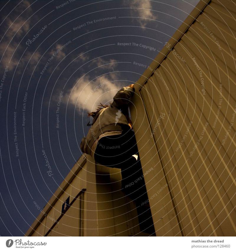 DIAGONALE ANGELEGENHEIT. Wand Fassade Blech Wellen Wellblech Fenster Froschperspektive Klettern Pause anstrengen Wolken Gasse parallel Mann dunkel kalt