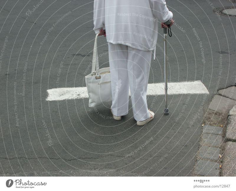 Old Lady Frau weiß Straße Senior grau warten stehen Stock Überqueren