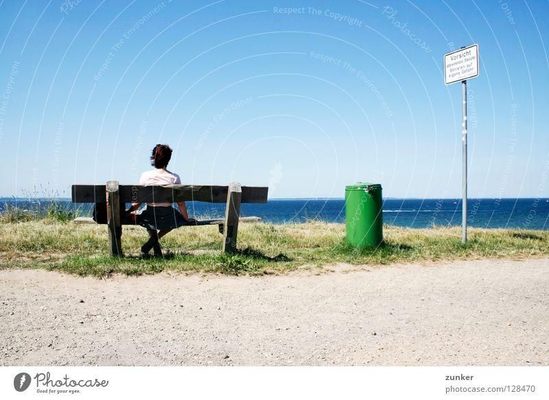Vorsicht! Frau Holz Müllbehälter grün Meer Ferne Gras Einsamkeit Pause Außenaufnahme Strand Küste Sommer Rücken Bank Wasser Himmel Schönes Wetter blau Wind