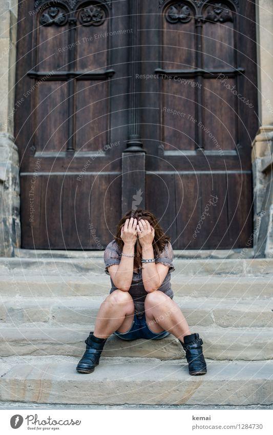 0815 AST | Stille Verzweiflung Lifestyle Mensch feminin Frau Erwachsene Leben 30-45 Jahre 45-60 Jahre Kirche Treppe Tür T-Shirt brünett langhaarig Erholung