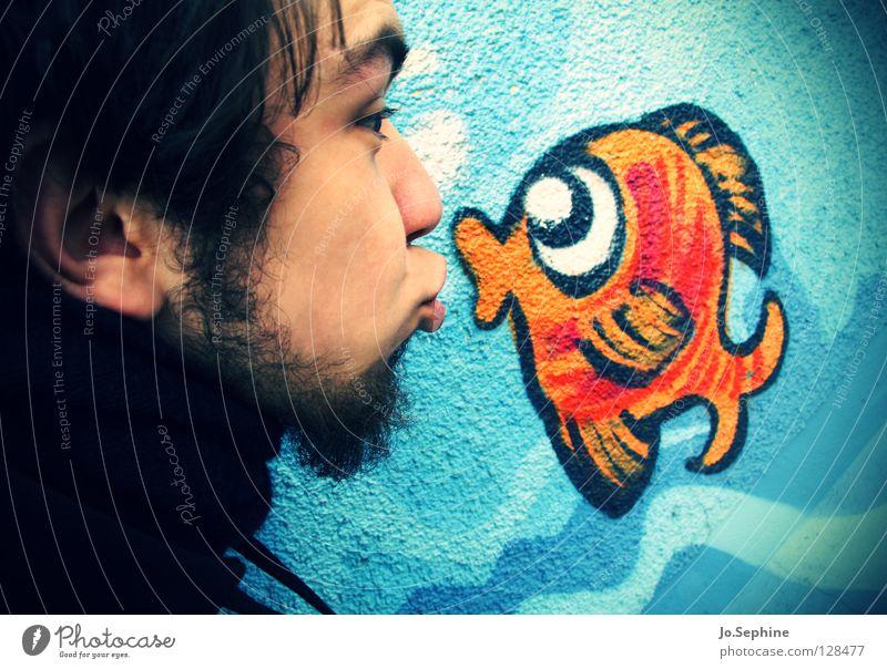 Ich glaub, mich knutscht ein Fisch! Mensch Jugendliche Freude Erwachsene Liebe Graffiti Junger Mann Kopf 18-30 Jahre süß niedlich Fisch Bart Küssen Zuneigung Unsinn