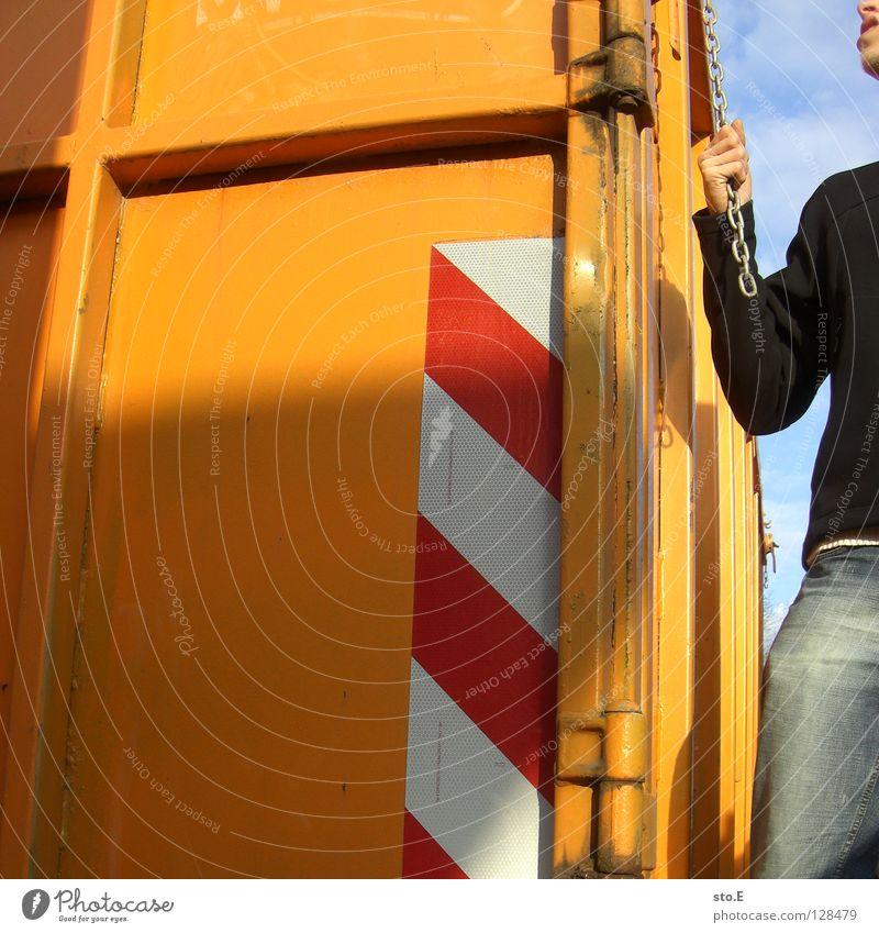 an einem strang ziehen Mensch alt blau Hand Farbe dreckig Ordnung Eisenbahn Industrie Körperhaltung verfallen Hose Jacke Rost Kette Typ