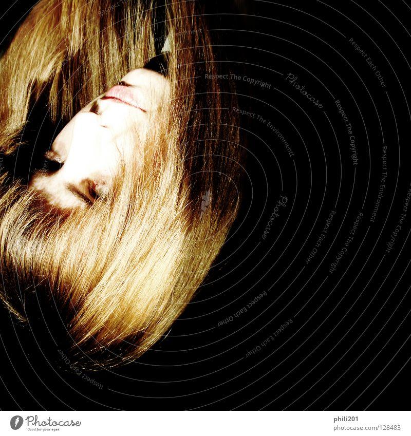flammend Frau feminin Drehung Kopfstand blond rot schwarz verkehrt brennen glänzend Lippen Überbelichtung Quadrat dunkel Licht Kunst Kunsthandwerk