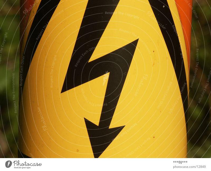 Hochspannung! gelb orange hoch Elektrizität gefährlich Technik & Technologie bedrohlich Pfeil tief Vorsicht elektronisch Wattenmeer Schilder & Markierungen
