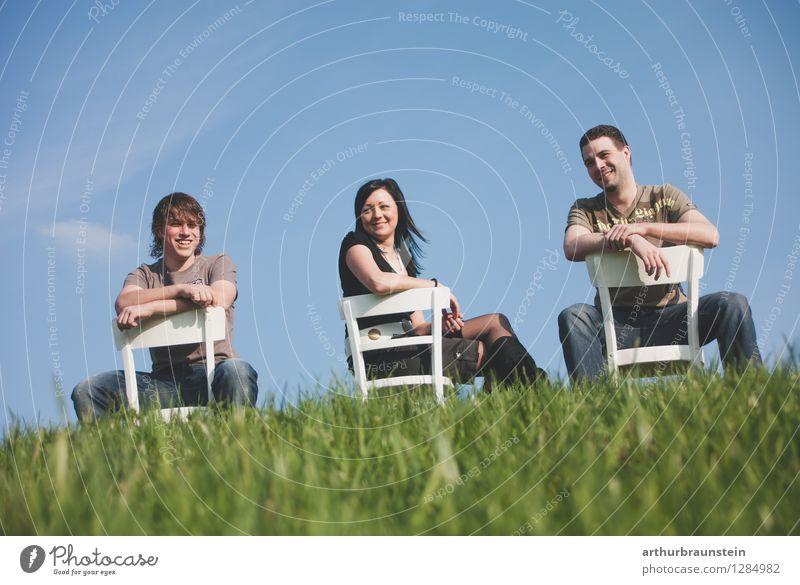 Geschwister auf Stühlen im Freien Freude Mensch maskulin feminin Junge Frau Jugendliche Junger Mann Bruder Schwester Familie & Verwandtschaft Freundschaft
