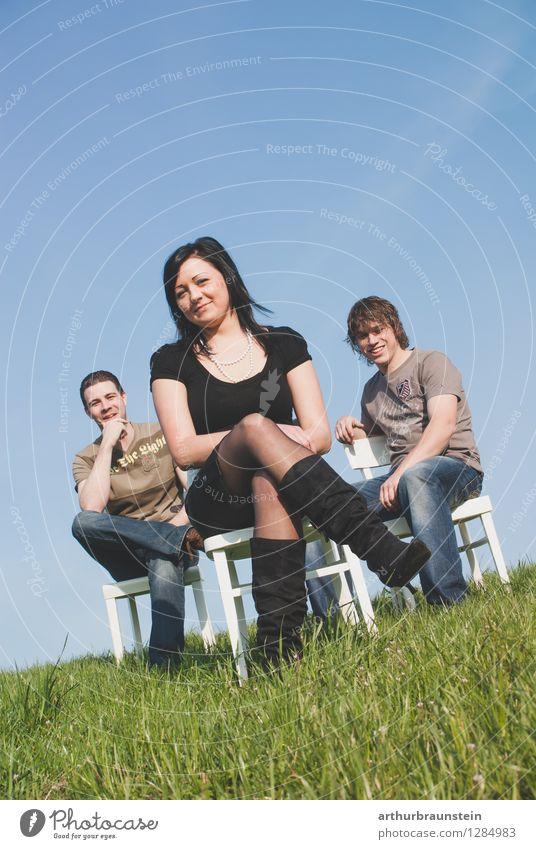 Geschwister auf Stühlen im Freien Mensch Natur Jugendliche blau grün Junge Frau Junger Mann 18-30 Jahre Erwachsene Leben Liebe Wiese Gras feminin