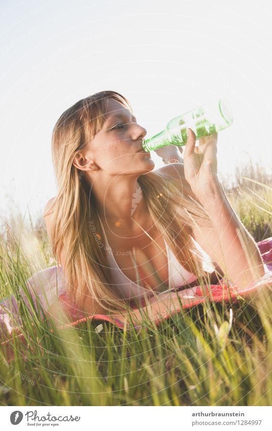 Erfrischung in der Sonne Mensch Frau Jugendliche blau Sommer Junge Frau weiß Freude 18-30 Jahre Erwachsene Leben Wiese Gras feminin lachen