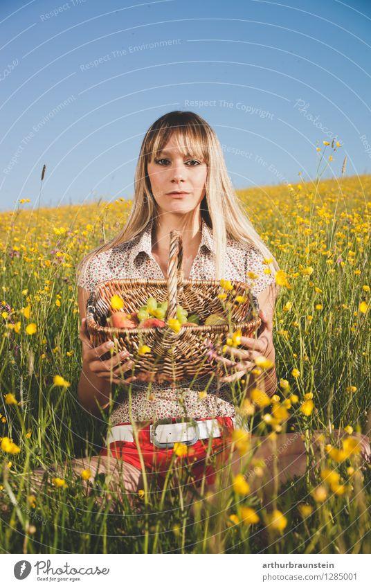 Obstkorb in der Blumenwiese Mensch Frau Natur Jugendliche blau Sommer Junge Frau Sonne Gesunde Ernährung Freude 18-30 Jahre Erwachsene gelb Leben Frühling