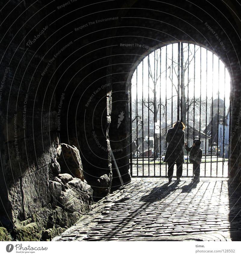 This Is Neither Bills Gate Nor Window Torbogen Einfahrt Berghang geschlossen 2 klein groß Kind Gegenlicht Frau aufmachen Pferch Gitter schließen aufschließen