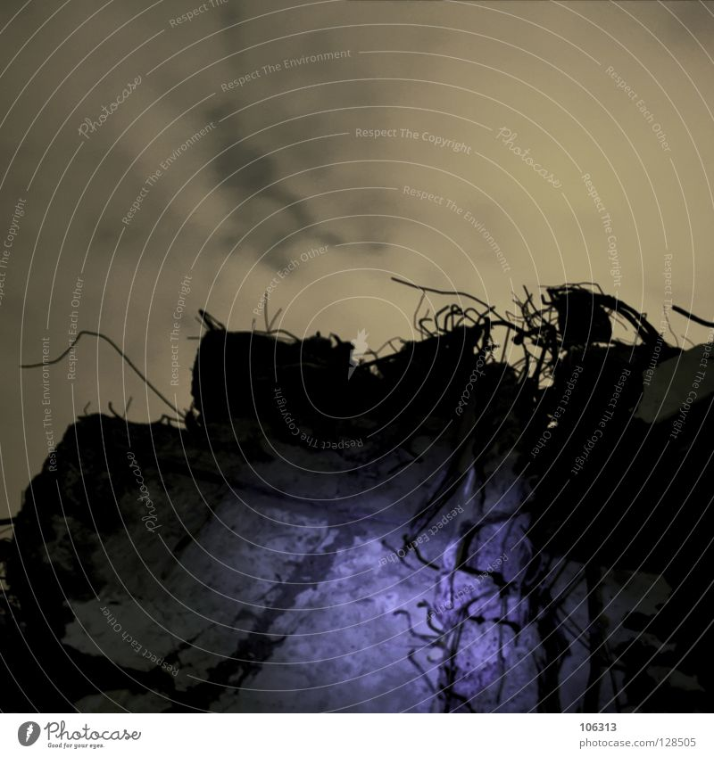 HOLY blau schwarz gelb dunkel Stein Lampe Beton Brand Feuer Baustelle verfallen brennen heilig Belichtung außerirdisch Lichteinfall