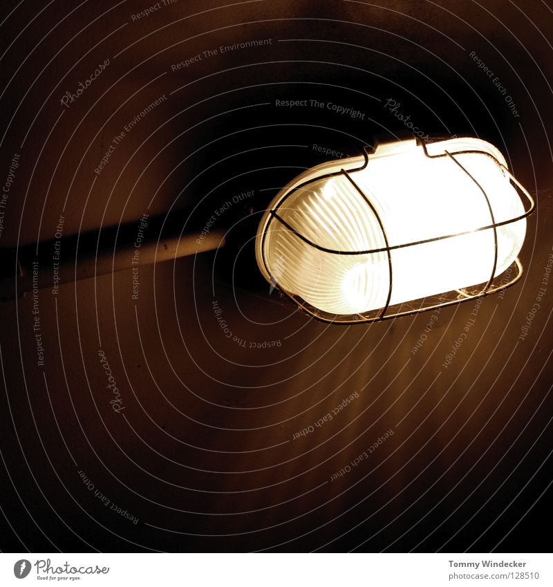 Wer hat ne Leiche im Keller? Lampe Licht Glühbirne dunkel Elektrizität schwarz unheimlich Gitter Nacht Nachtaufnahme feucht kalt Haus Beton Tunnel Tiefgarage