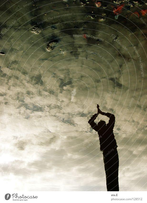 sprungbereit Kerl Körperhaltung Pfütze Reflexion & Spiegelung Kopfsprung springen verschränken Wolken schlechtes Wetter Silhouette Stein Osten Himmel Wasser
