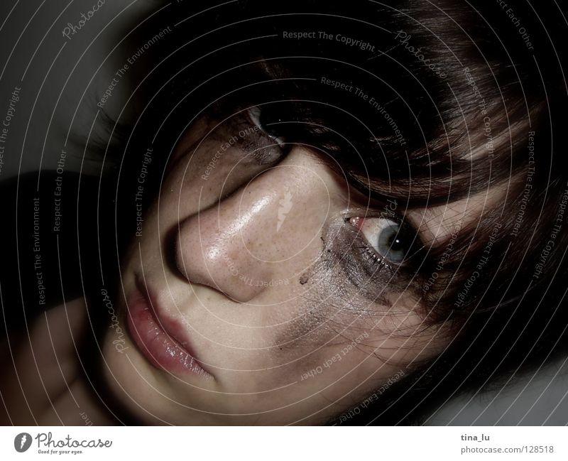 Trauerspiel Frau brünett Schminke verwundbar Licht & Schatten Haare & Frisuren dunkel schön Verzweiflung Gesicht Mensch Blick Auge Nase Mund verschmiert