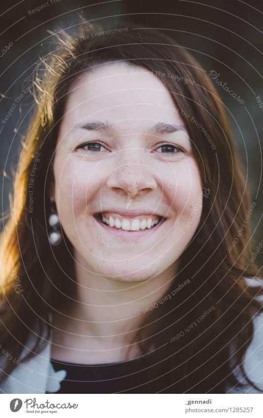 Yellow Mensch feminin Junge Frau Jugendliche Erwachsene Gesicht 1 18-30 Jahre Haare & Frisuren brünett langhaarig Lächeln Glück Zähne normal Liebe