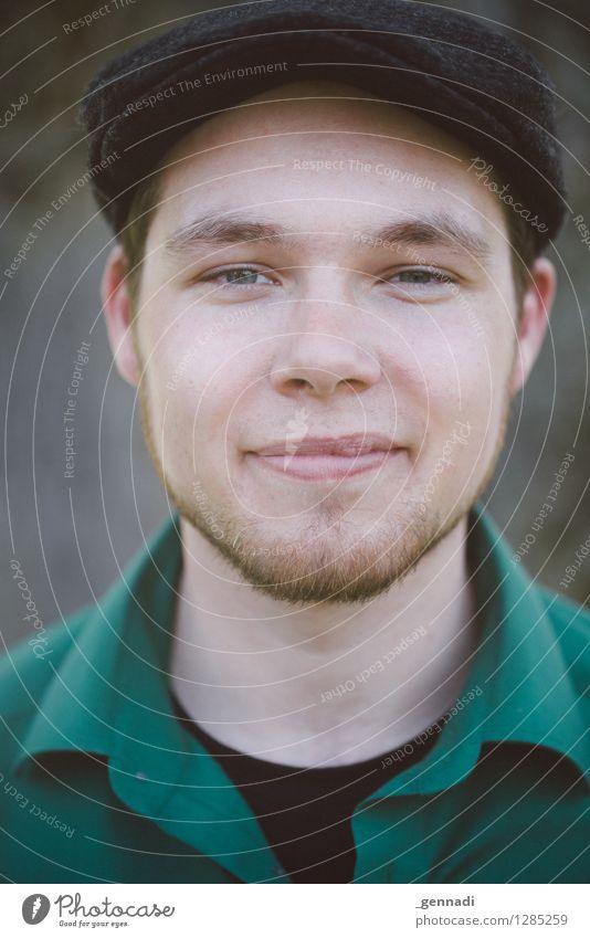 Green Mensch Jugendliche Mann grün Junger Mann 18-30 Jahre Gesicht Erwachsene maskulin authentisch Mütze Bart Hemd skeptisch