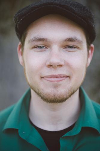 Green Mensch maskulin Junger Mann Jugendliche Erwachsene Gesicht 1 18-30 Jahre grün skeptisch Bart Mütze Hemd Zwinkern authentisch Farbfoto Textfreiraum oben
