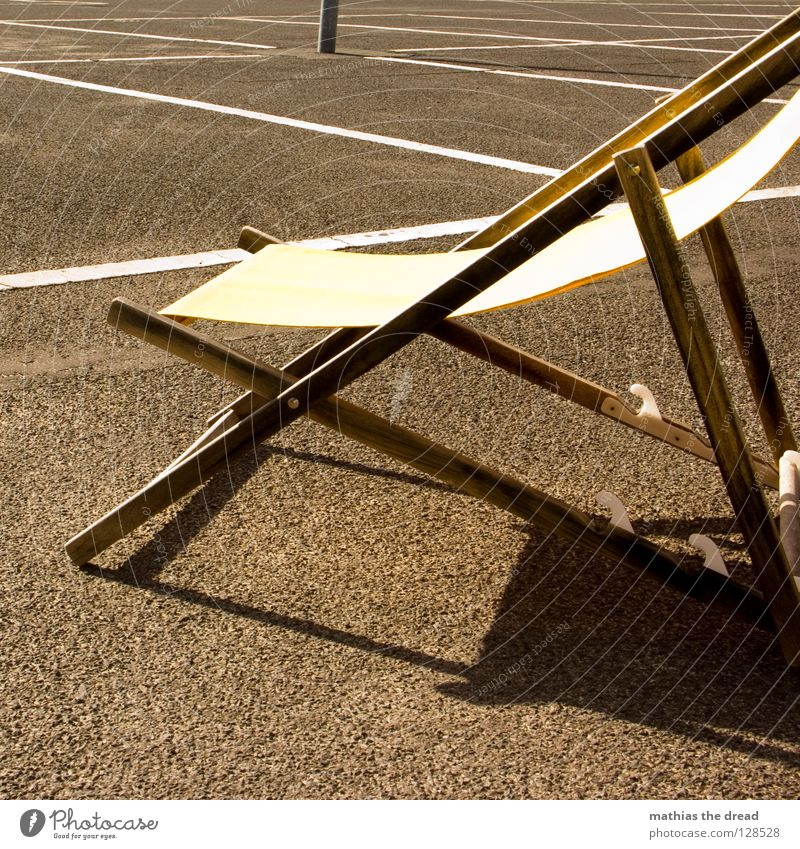 Last One Platz Strukturen & Formen Parkplatz Rechteck Streifen Asphalt Teer hart Pore schwarz Parkhaus Liegestuhl bequem Sommer Holz gelb Einsamkeit kalt
