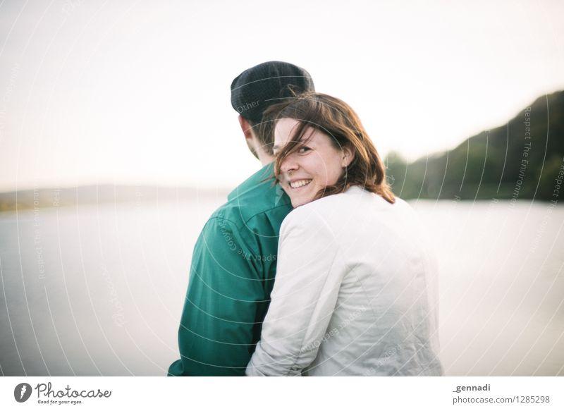Und jetzt du Mensch Junge Frau Jugendliche Junger Mann Erwachsene 2 18-30 Jahre Fröhlichkeit Zusammensein Glück Lächeln Umarmen Liebespaar Ferne Farbfoto