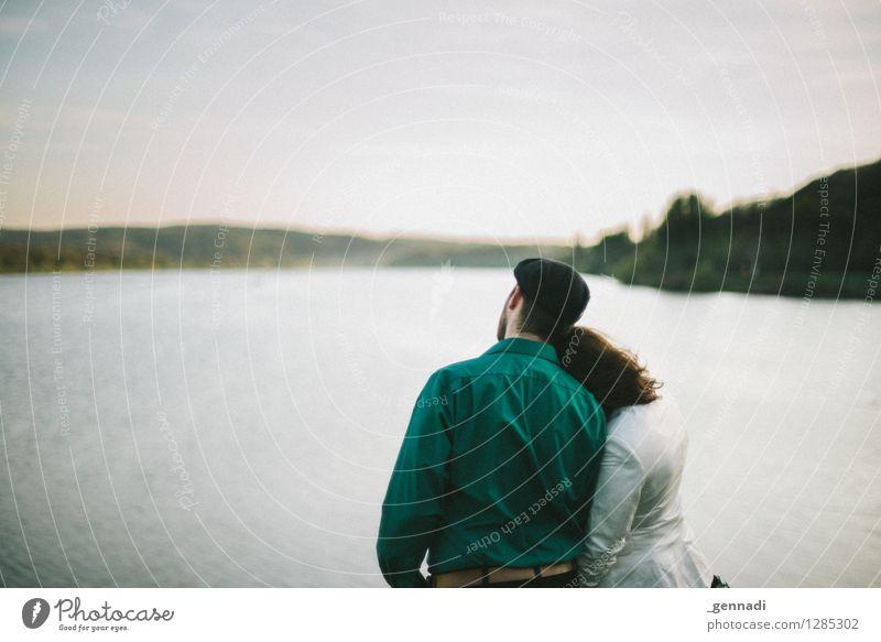 Wir zwei Mensch maskulin feminin Junge Frau Jugendliche Junger Mann Erwachsene Paar Leben 2 Glück Liebe Romantik See grün Farbfoto Außenaufnahme