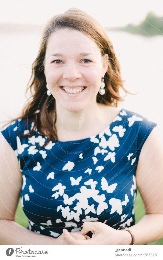 Freudenfeuer feminin Junge Frau Jugendliche Erwachsene 1 Mensch 18-30 Jahre Lächeln leuchten rein strahlend Farbfoto Außenaufnahme Tag Porträt Oberkörper Blick