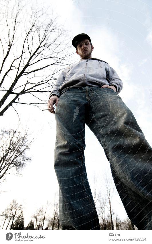 ich bin schon groß! Mann maskulin Rauchen Baum stehen unten Baseballmütze lässig Stil Körperhaltung Wolken Zigarette Macht Koloss vertikal Mensch Jeanshose