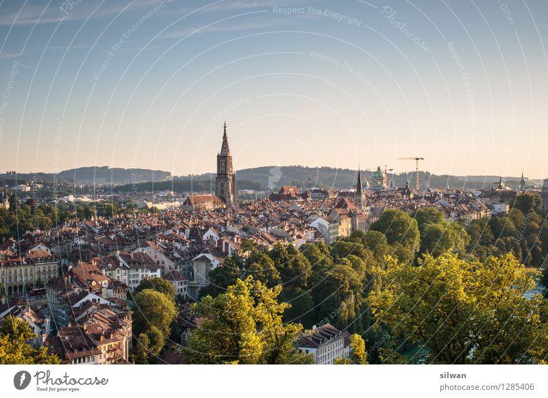 Bern Bern Bern Bern ... Schweiz Europa Hauptstadt Stadtrand Altstadt Skyline Kirche Dom Münster Bern Bekanntheit eckig glänzend retro blau braun gelb ruhig