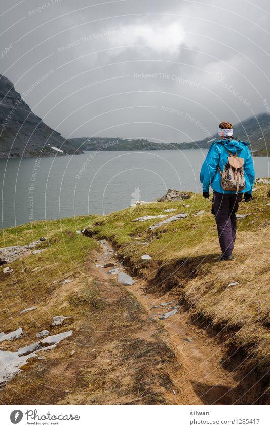 dem See entgegen Freizeit & Hobby Ferien & Urlaub & Reisen Ferne Sommer wandern feminin Junge Frau Jugendliche 1 Mensch 30-45 Jahre Erwachsene Wolken