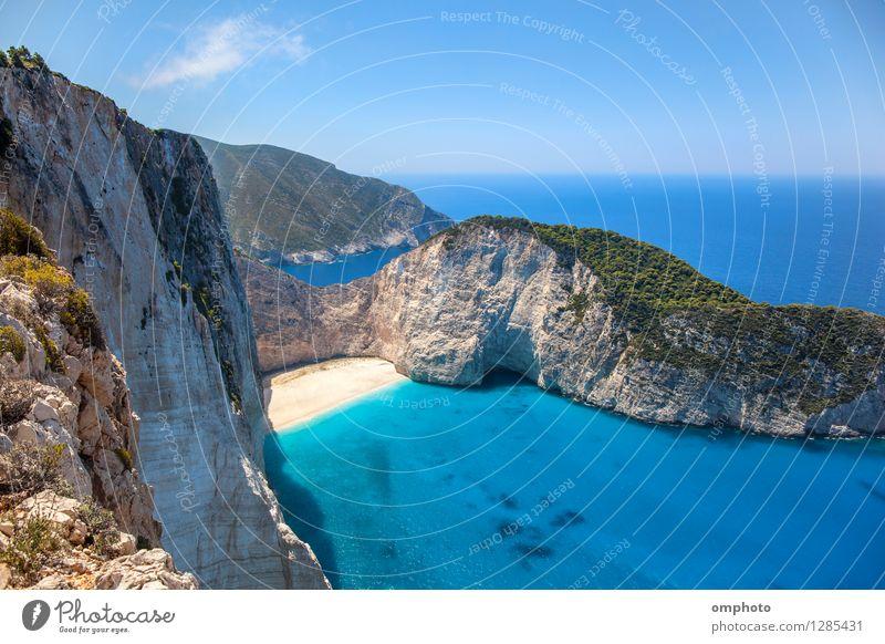 Verlassener sonniger Strand in einer Meeresbucht. Panorama-Meereslandschaft von hoher Position eines schönen Küstenortes mit tiefblauem Meerwasser, Sonnenlicht und weitem blauen Himmel.