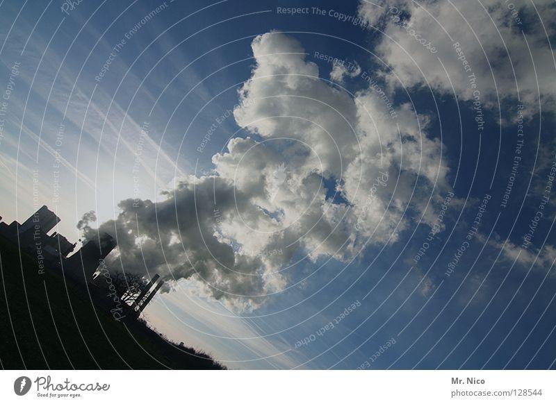 Rauchzeichen Fabrik Umweltschutz Umweltverschmutzung Verdunstung blau-weiß Elektrizität Energiewirtschaft Nebel himmelblau Wolken dunkel umfallen Wissenschaften