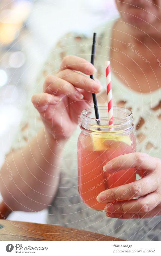 homemade iced tea II Lifestyle Gesundheit Wellness Leben Erholung trinken Erfrischung Sommer Erfrischungsgetränk Eistee Trinkhalm Hand Arme lecker fruchtig kalt