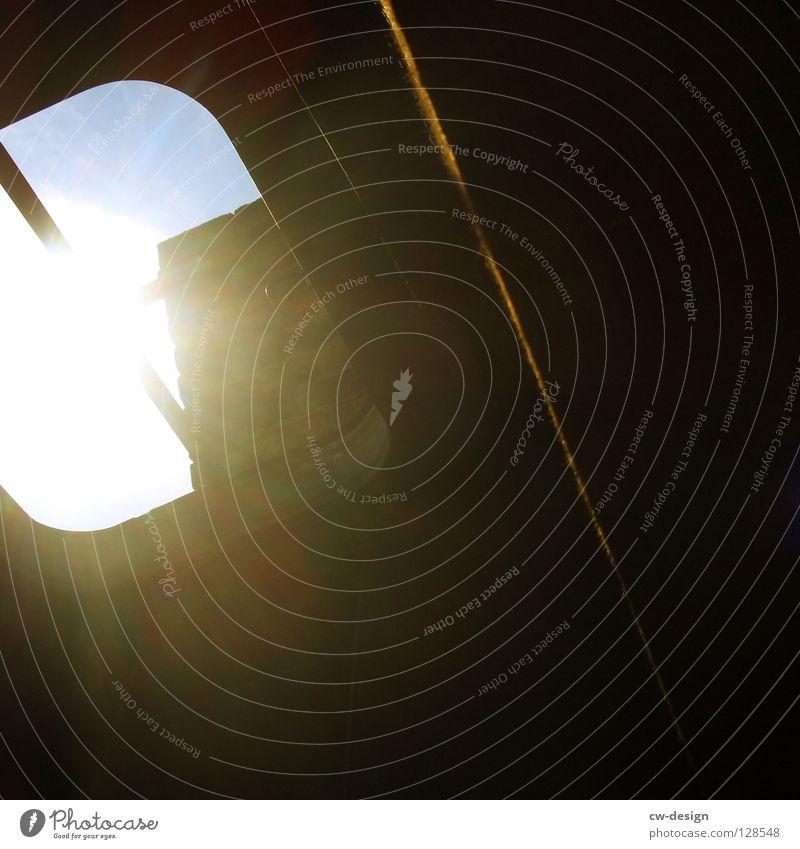 Katze in der Fensterbank Fensterbrett Licht Blende dunkel schwarz offen kaputt verfallen Gebäude Dachfenster Luke Bullauge Blendeneffekt Vergänglichkeit Tunnel