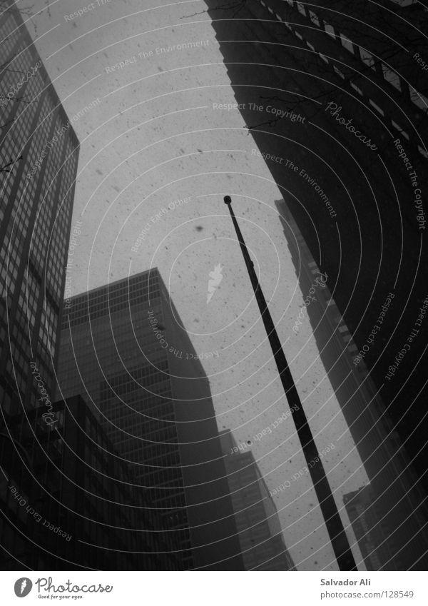 Minderwertigkeitskomplex New York City Hochhaus Fahnenmast Menschenleer Wall Street Wohnhochhaus rational Schnee aufwärts vertikal himmelwärts Froschperspektive