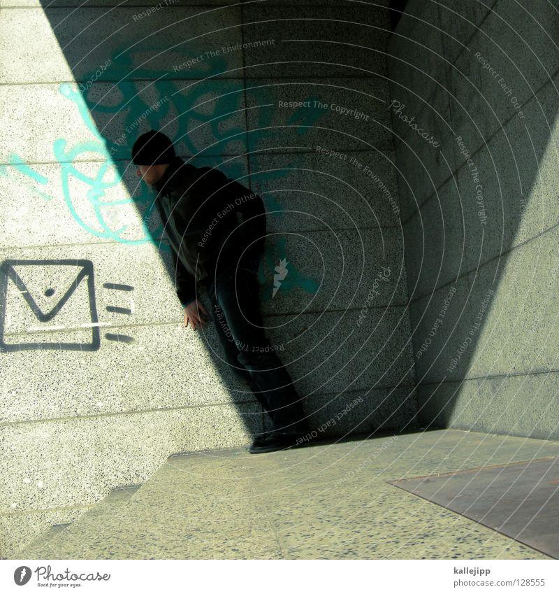 anonymer absender Mann Post Brief Liebesbrief Paket Briefumschlag Gruß Spray Tagger Mauer Wand Haus Stadt Architektur Mensch Schatten stille post zustellung