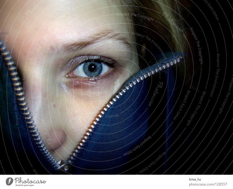zip II Reißverschluss Jacke Wimpern offen entdecken finden Augenbraue bleich nah entkleiden aufmachen erstaunt Überraschung Gefühle Frau Kommunizieren blau