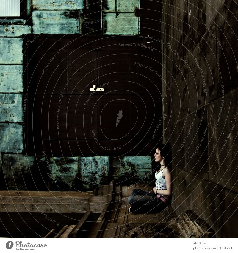 Aufstieg zum Himmel Frau schön Erholung Wand Architektur Mauer Tür Zufriedenheit Junge Frau sitzen Bodenbelag Ecke Jeanshose Tor Rock `n` Roll Langeweile