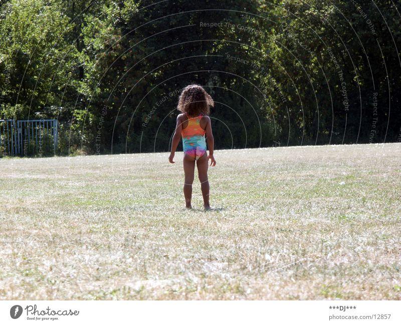 Mama....wo bist du? Kind Baum Mädchen Gras klein süß Suche finden Badeanzug