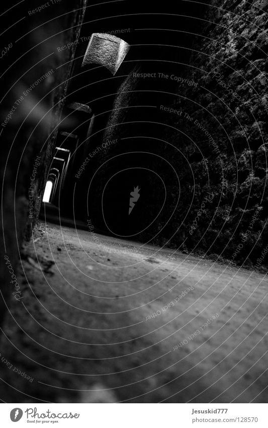 Trier Strukturen & Formen dunkel mystisch Tunnel hilflos verloren Vergänglichkeit Bodenbelag Gang Unterirdisch Angst Tod Shatten