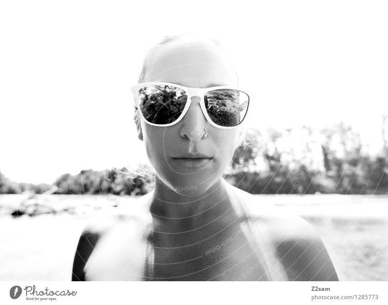 Stylerin Lifestyle elegant Stil Sommer Sommerurlaub feminin Junge Frau Jugendliche 18-30 Jahre Erwachsene Natur Landschaft Sonne Schönes Wetter Flussufer