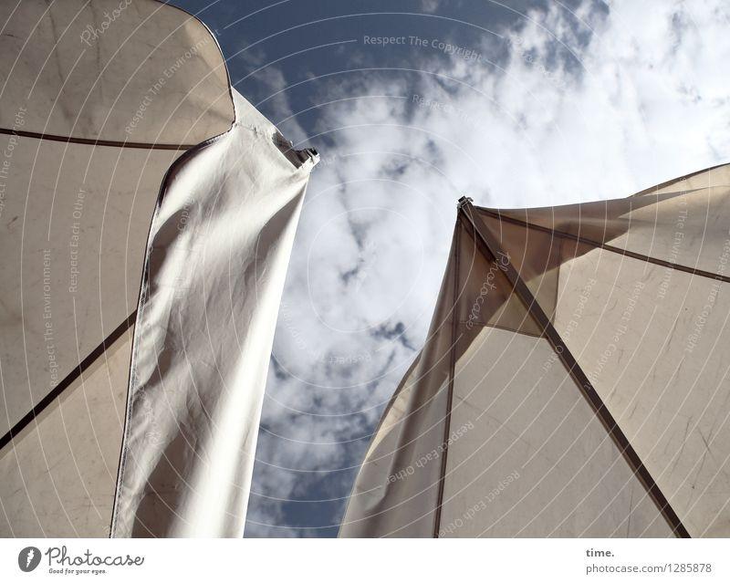 Wind zieht auf Sonnenschirm Dach Regenschirm Himmel Wolken Schönes Wetter Stoff träumen hell hoch Erholung Gelassenheit Inspiration Leichtigkeit Ordnung Pause