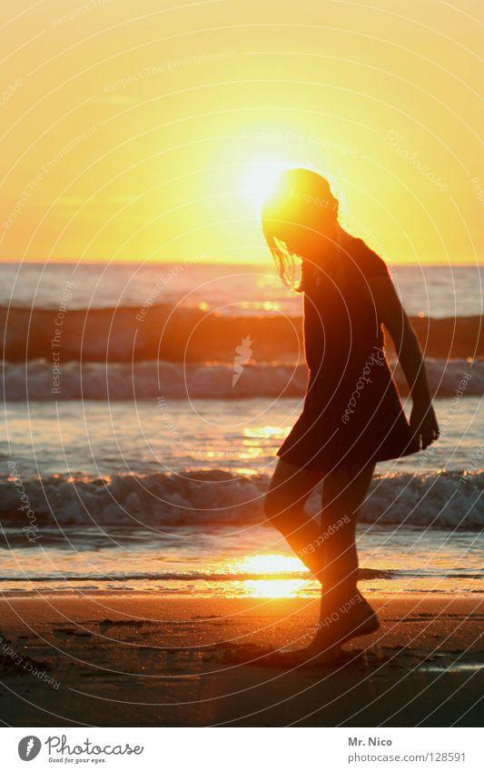 shining Romantik Idylle Sonnenuntergang Kleid niedlich Gold See Meer Wellen Strand Sandstrand Ferien & Urlaub & Reisen fliegen Licht Stimmung Lichtstimmung