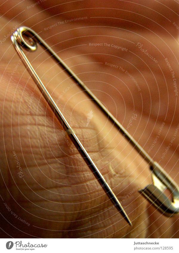 Fakir Hand Sicherheitsnadeln schließen Zusammenhalt offen Zauberer stechen Chrom rostfrei Edelstahl gefährlich Konzentration Haut Nadel nähen Naht Schmerz