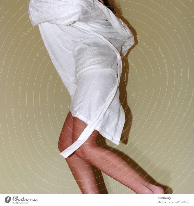 hau doch ab Frau Jugendliche weiß schön feminin Bewegung Beine laufen Haut Bekleidung Bad Wellness Hotel Dynamik Mantel Flucht