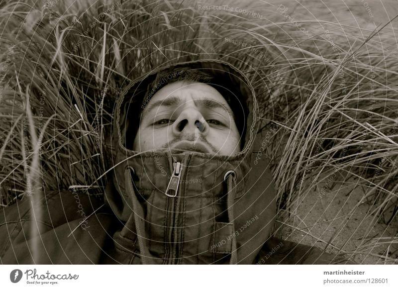 Aufschauen Einsamkeit Traurigkeit warten Trauer Sehnsucht Stranddüne Kapuze flau vermissen verwundbar