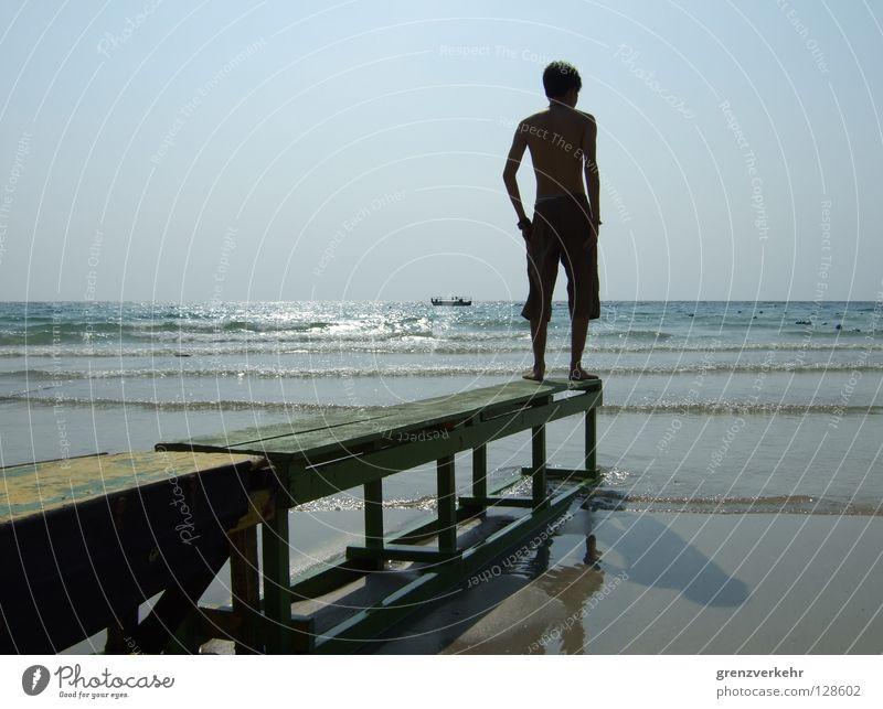 Landungssteg Mann Wasser Sommer Strand Ferien & Urlaub & Reisen Erholung Wärme Sand Wasserfahrzeug Wellen Küste Erwachsene Insel Schwimmen & Baden Brücke