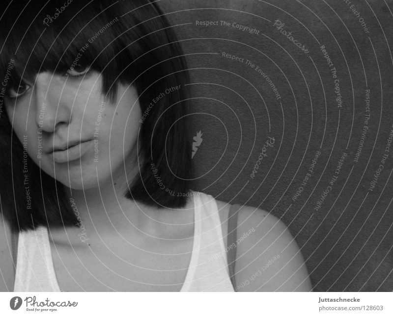 Drück schon ab Frau Porträt schwarz weiß Top trotzig Trauer ernst Langeweile Jugendliche Gesicht Schwarzweißfoto Auge Gesichtsausdruck ausdrucksvoll Traurigkeit