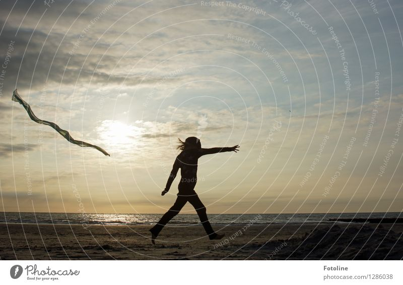 Taff Mensch feminin Kind Mädchen Kindheit 1 Umwelt Natur Landschaft Himmel Wolken Sommer Küste Strand Nordsee Meer laufen maritim natürlich Tuch Farbfoto