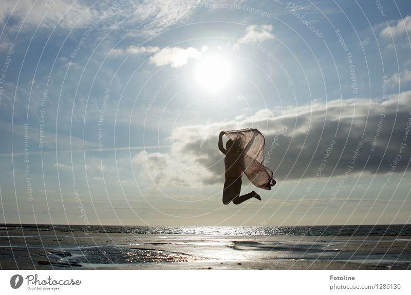 Mit Leichtigkeit Mensch Himmel Kind Natur Sommer Meer Wolken Mädchen Strand Umwelt Wärme feminin Küste hell springen frei