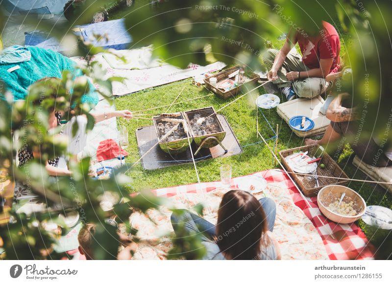 Steckerlgrillen im Garten Mensch Ferien & Urlaub & Reisen Jugendliche Sommer Junge Frau Junger Mann Freude 18-30 Jahre Erwachsene Leben feminin
