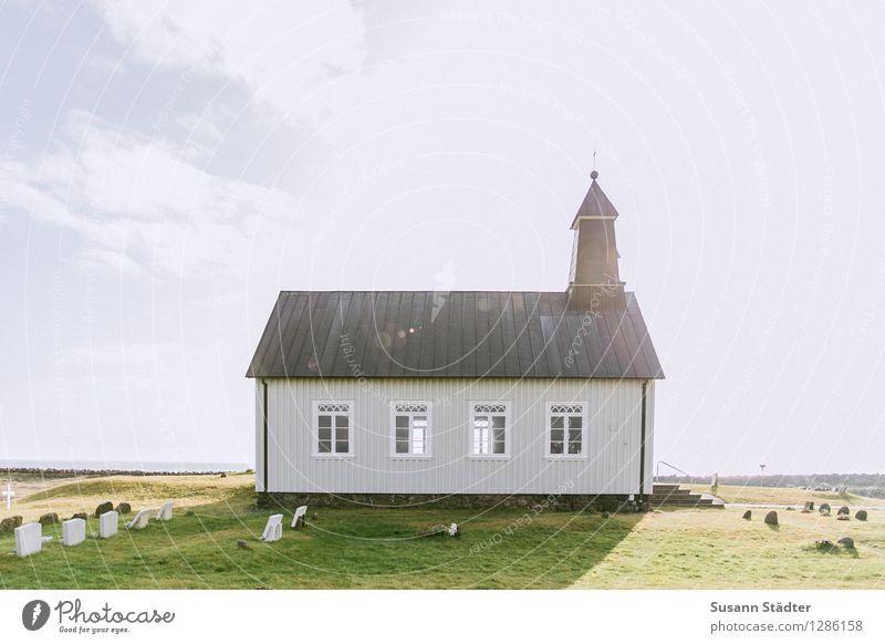strandarkirkja Dorf Menschenleer Kirche historisch Einsamkeit Friedhof Island Wiese Heiligenschein Sonnenlicht Wolkenhimmel Fenster Gebäude Kirchturm klein Ende