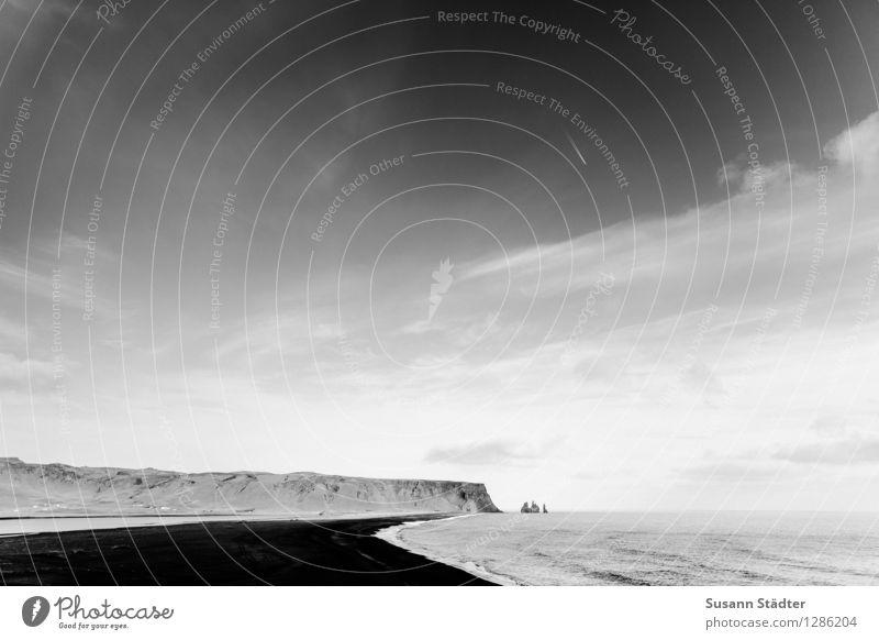 vik. Landschaft Urelemente Sand Wasser Himmel Wolken Wellen Küste Strand Bucht Meer elegant schwarzer sand Landzunge Felsen Island Schwarzweißfoto Außenaufnahme